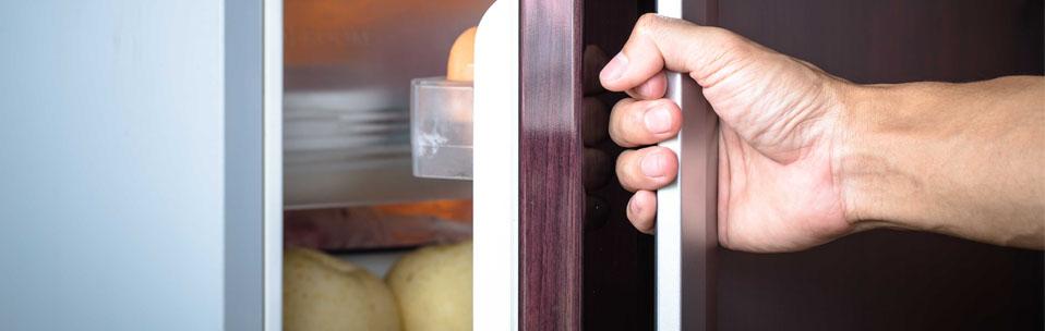 Почему щелкает холодильник? Что нужно делать!